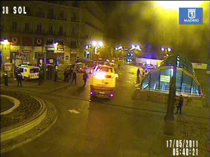 Pasadas las 5.30 de la madrugada, efectivos antidisturbios han cargado contra los protestantes.