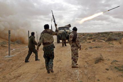 Batería de Katiusha rebelde en las cercanías de Ras Lanuf./ GORAN TOMASEVIC (REUTERS)