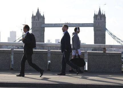peatones cruzando el puente de londres que tambin ha sido ya reabierto despus de los atentados la foto es de isabel infantes ap