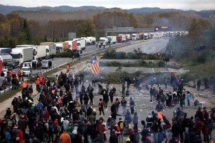 Última hora de Cataluña | Los Mossos llegan a la AP-7, cortada por al menos 200 personas