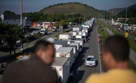 Resultado de imagem para Temer chama Forças Armadas para acabar greve dos caminhoneiros